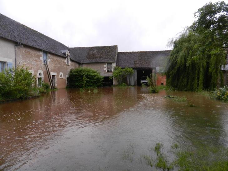 l'eau inonde la cour de la ferme