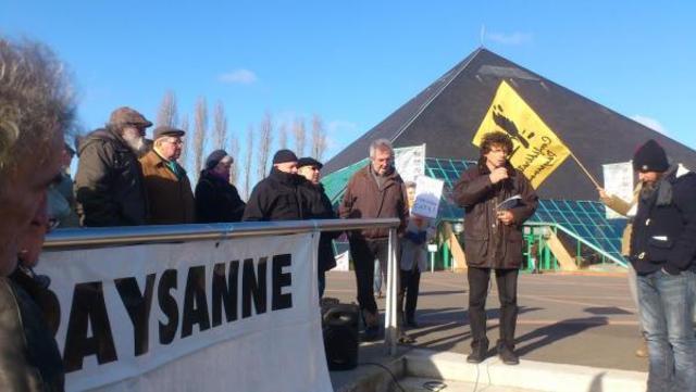 La confédération paysanne manifeste à l'occasion de l'assemblée générale de la laiterie de Saint-Denis de L'Hôtel