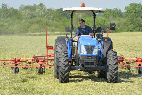 Tracteur avec faneuse