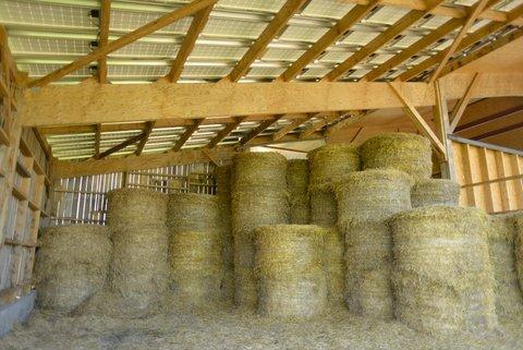 Stockage de la paille sous hangar en bois